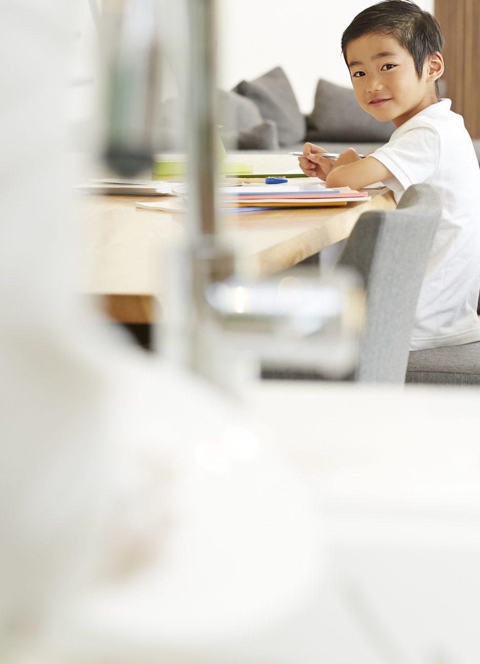 夕ご飯の支度をしながら、安心して子供の勉強をみれる対面式キッチン