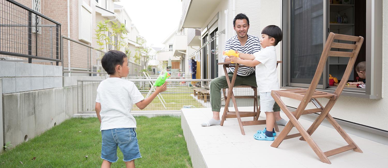 のんびりと時間を過ごしたり、お子様と遊んだり、お好みの活用ができる「タイルテラス」